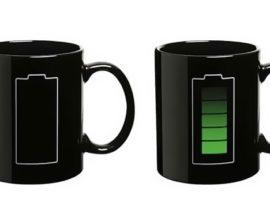 Bere il caffè e ricaricare il cellulare
