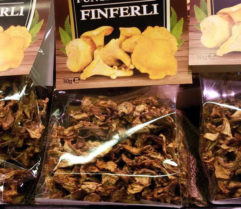 Cantharellus cibarius Fr. in vendita nei supermercati in confezioni da 30 gr
