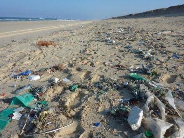 La plastica dispersa nell'ambiente contribuisce anche direttamente al riscaldamento globale